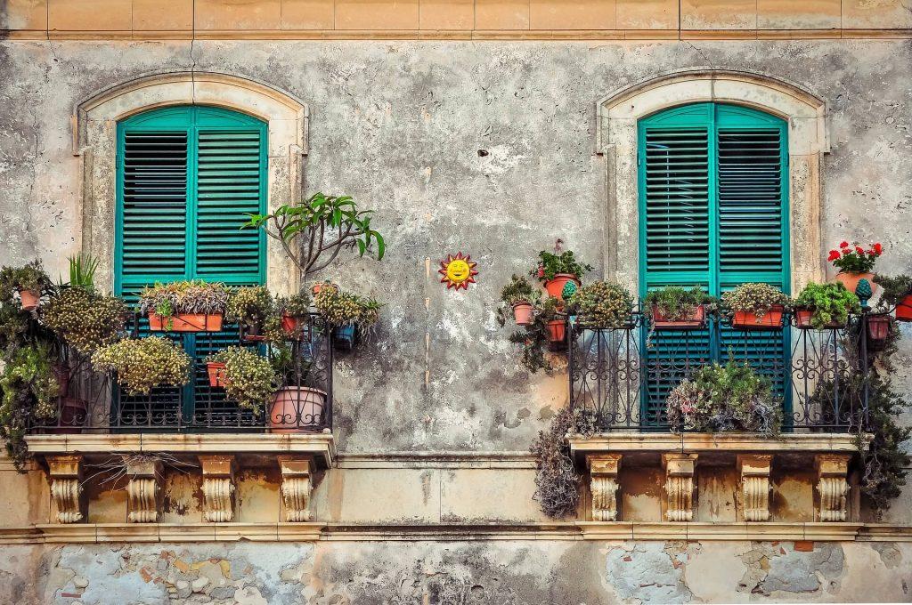 Bloemen voor het balkon