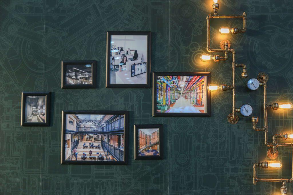 Foto's aan de muur hangen
